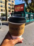 Cappucino to go van Breukelen Coffee house, vlak voordat ik de metro inging richting Manhattan