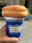 Koffie met een donut, van een karretje tegenover Chelsea Hotel