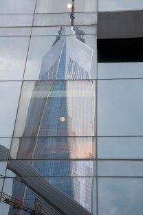 One World Trade Center weerspiegeld in Hotel Millennium Hilton Hotel