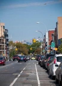 Washington Avenue. In de verte zie je een glimp van Manhattan.