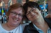Julie (l) woont in Indiana, Sherry woont in NY. Ze hebben net een paar maanden verkering.