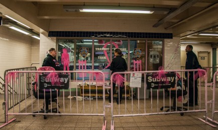 Een politiepost in een van de metrostations op Manhattan wordt versierd door agenten. De NYPD toonde zich solidair met de slachtoffers van kanker.