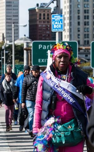 Een kleurige demonstrant tijdens een optocht over de Brooklyn Bridge
