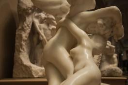 De liefde tussen Cupido en Psyche en op de achtergrond Orpheus & Eurydice (Auguste Rodin in het MET)