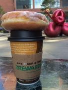 Koffie met een geglaceerde donut, vlakbij Ground Zero Memorial