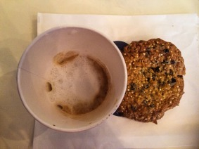 Dubbele macchiato met een quinoakoekje